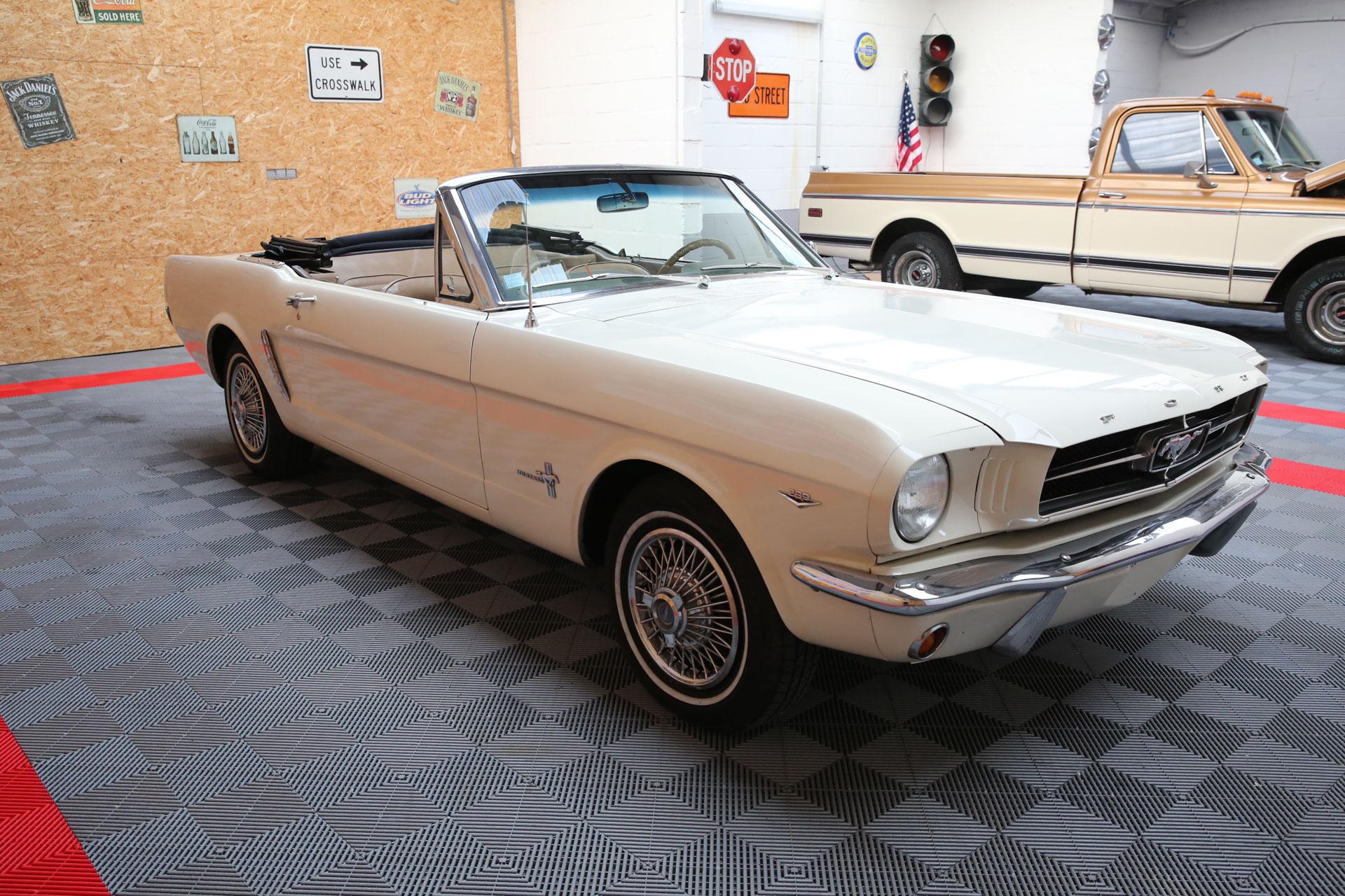 Superbe ford f100 pick up de 1965 a voir dans notre shop - show room importation voiture ancienne direct usa en france