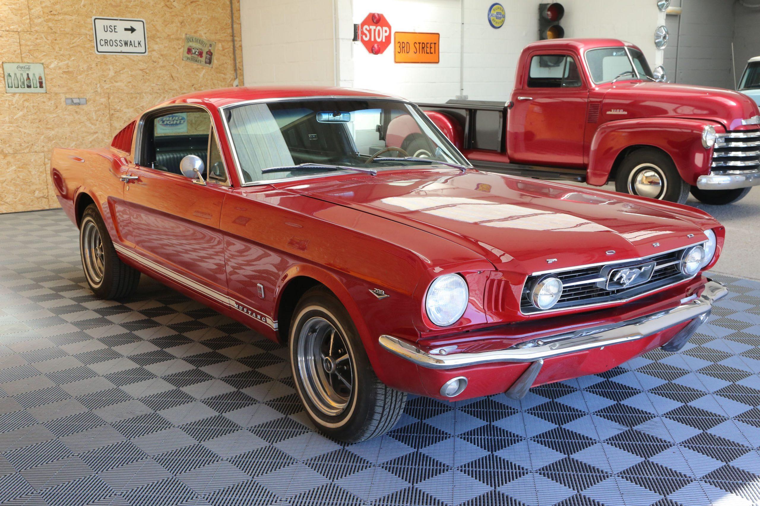 Vente de voiture americaine ancienne dans notre show room de blois - ici une magnifique ford mustang fastback boite mecanique